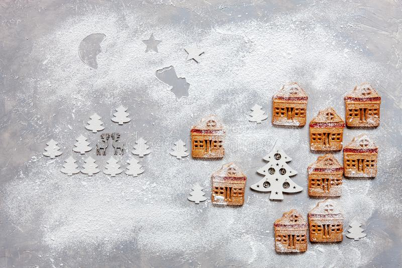 由自创圣诞节曲奇饼做的神奇冬天村庄 免版税库存图片