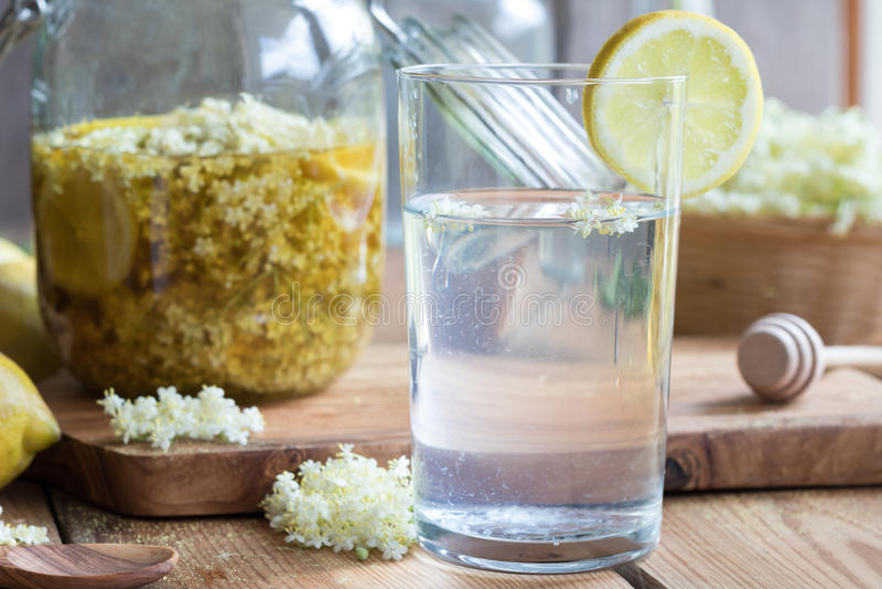 由自创长辈花糖浆做的柠檬水 库存图片