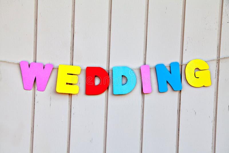 由色的信件的词婚礼在篱芭 免版税库存照片