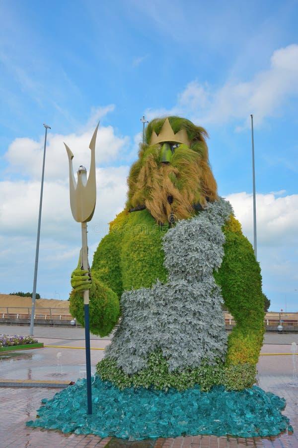 由花做的波塞冬雕塑是在希腊神话方面统治在海的神 免版税库存照片