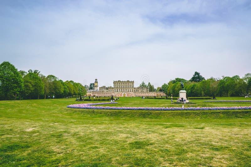 由英国乡下庄园的绿草公园 免版税库存照片