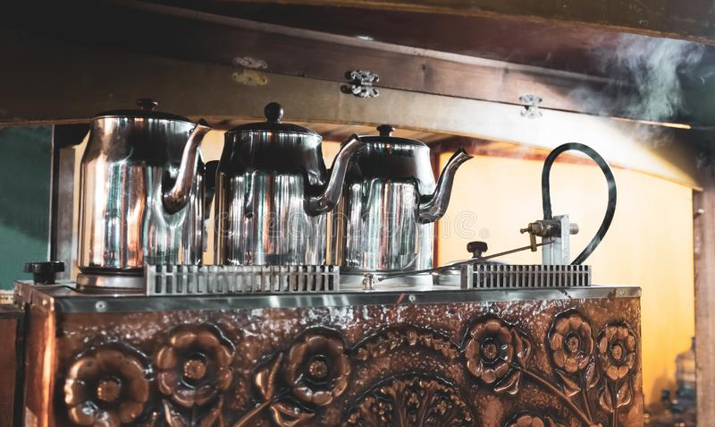 由茶机器,铜茶锅炉,土耳其茶馆的传统土耳其茶壶 库存照片