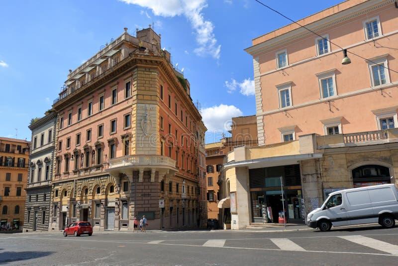 由街道交易通过IV Novembre在罗马,意大利 免版税库存照片