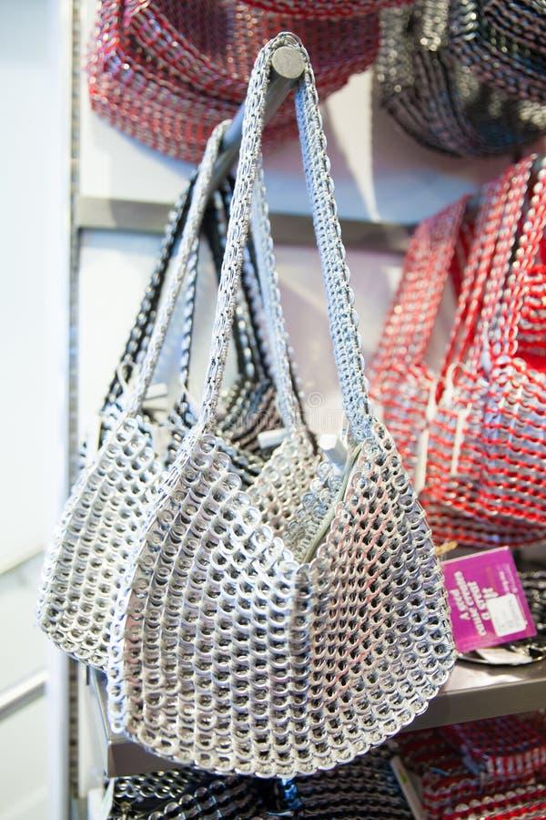 由被回收的流行音乐做的妇女袋子可能选中 库存照片