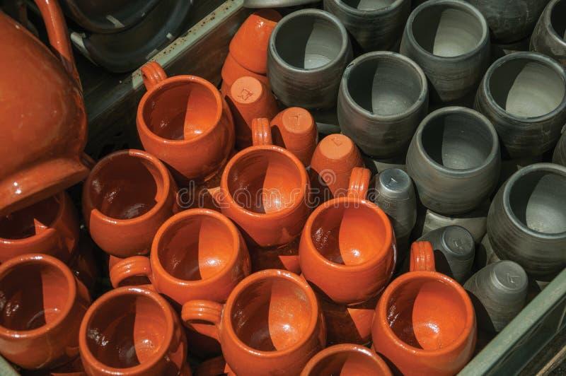 由被涂清漆的被烘烤的黏土和碗做的陶器杯子 库存照片