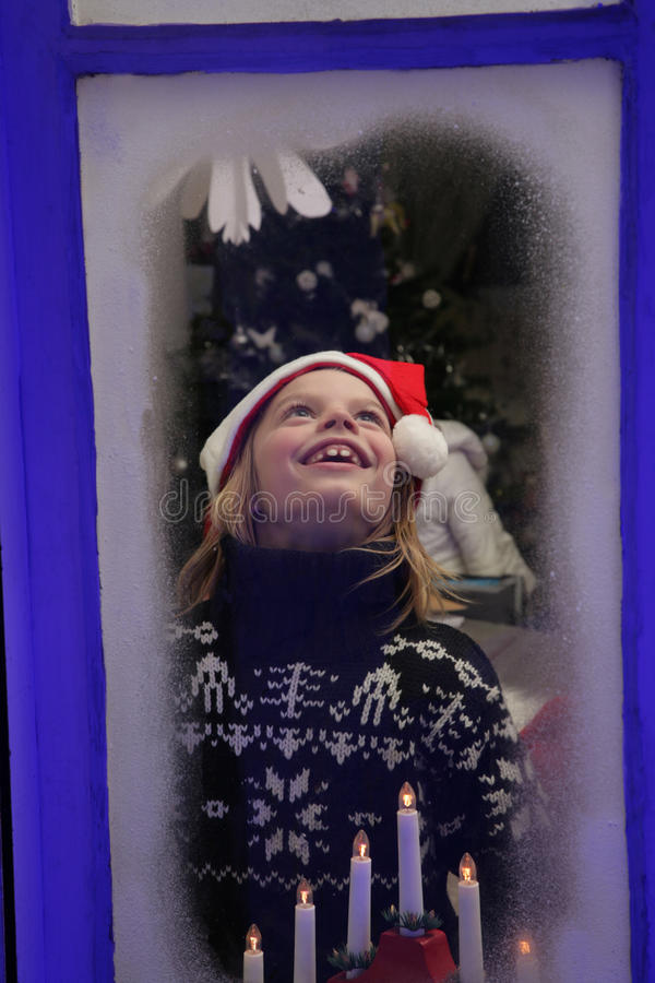 由视窗的子项在圣诞节 免版税库存照片
