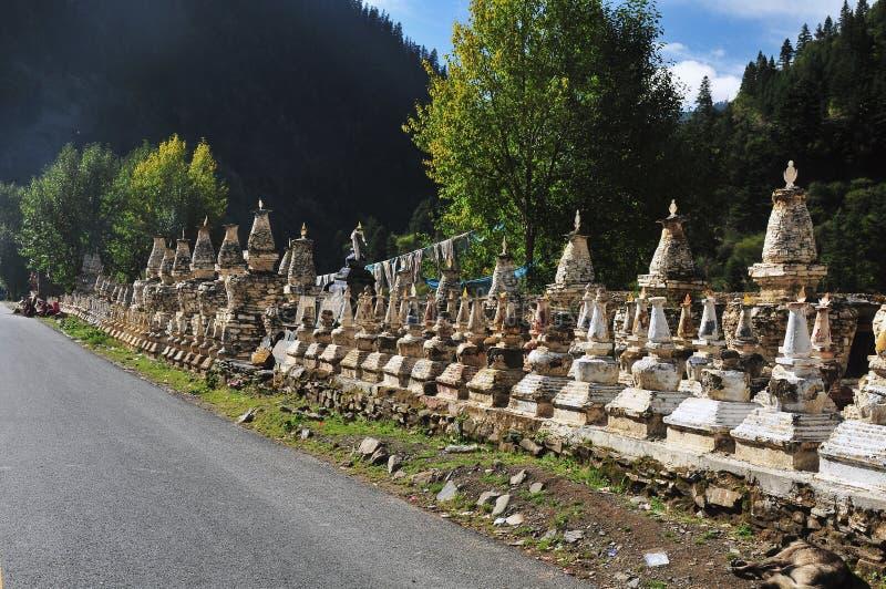 由路的佛教塔 免版税库存照片