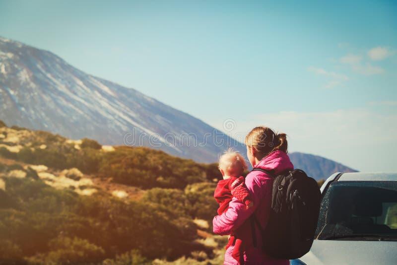 由车母亲的家庭旅行有路的婴孩的在山 免版税图库摄影