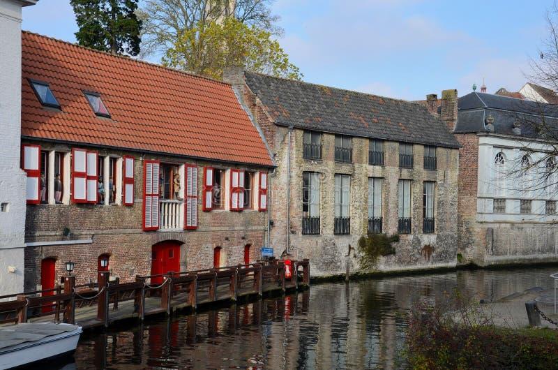 由运河布鲁基,比利时的中世纪砖房子 免版税库存照片