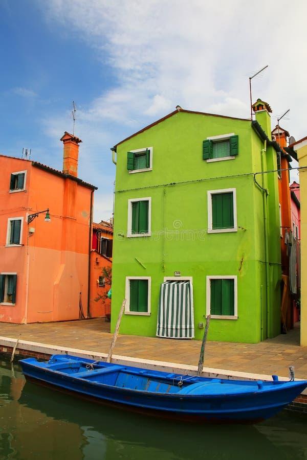 由运河的五颜六色的房子在Burano,威尼斯,意大利 库存图片