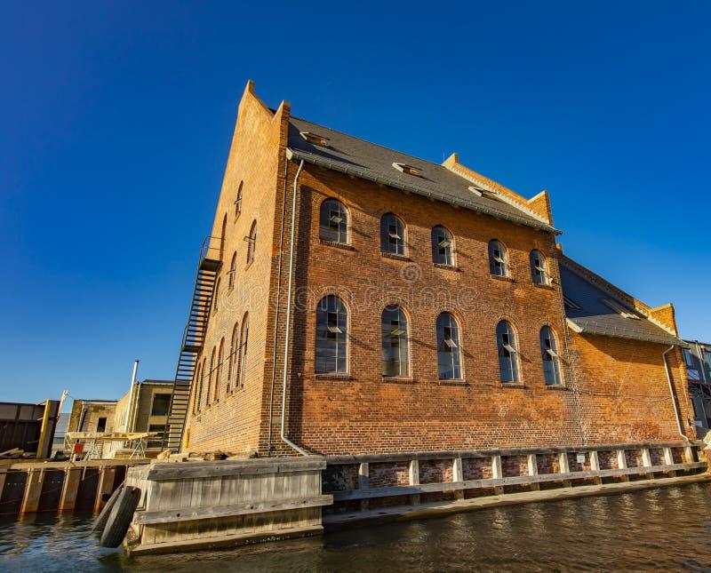 由运河的传统红砖大厦在哥本哈根, Denma 免版税库存图片