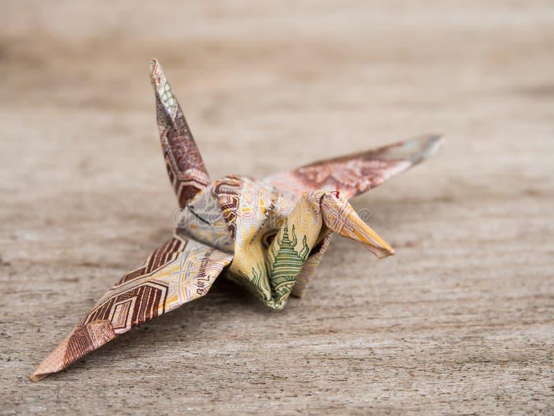 由金钱泰铢笔记或鸟做的Origami起重机 免版税图库摄影
