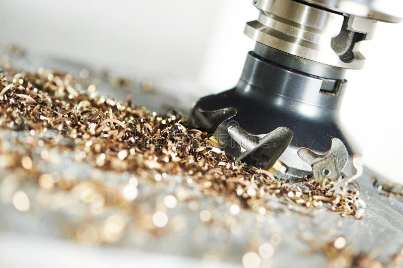 由铣刀的工业金属工艺切口过程 免版税库存照片