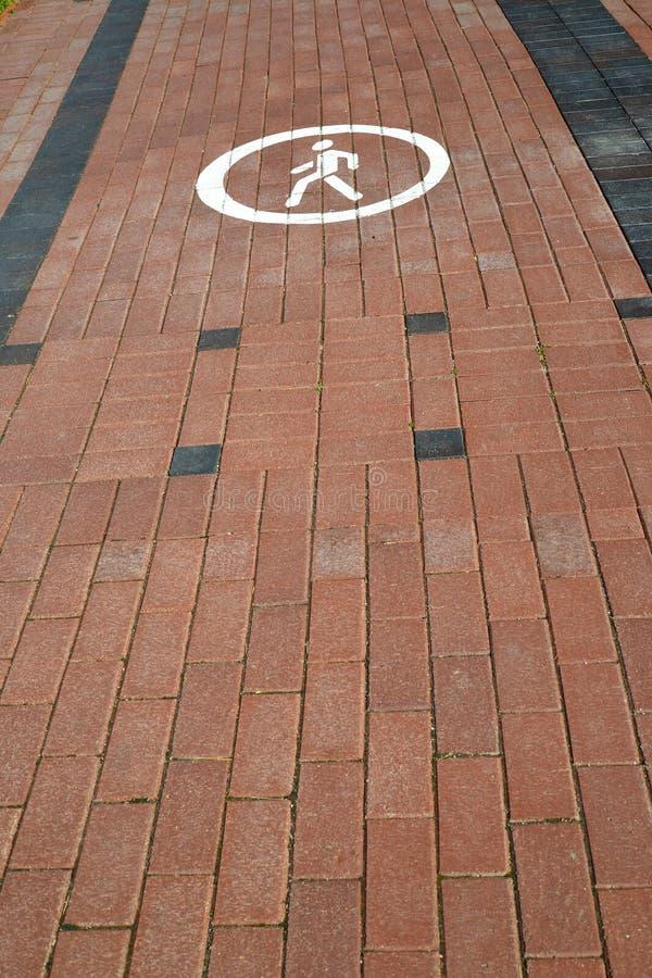 Download 由铺路板的脚轨道(在象的焦点计划了) 库存照片. 图片 包括有 任何人, 空白, 圈子, 被使昏迷的, 瓦片 - 72361216