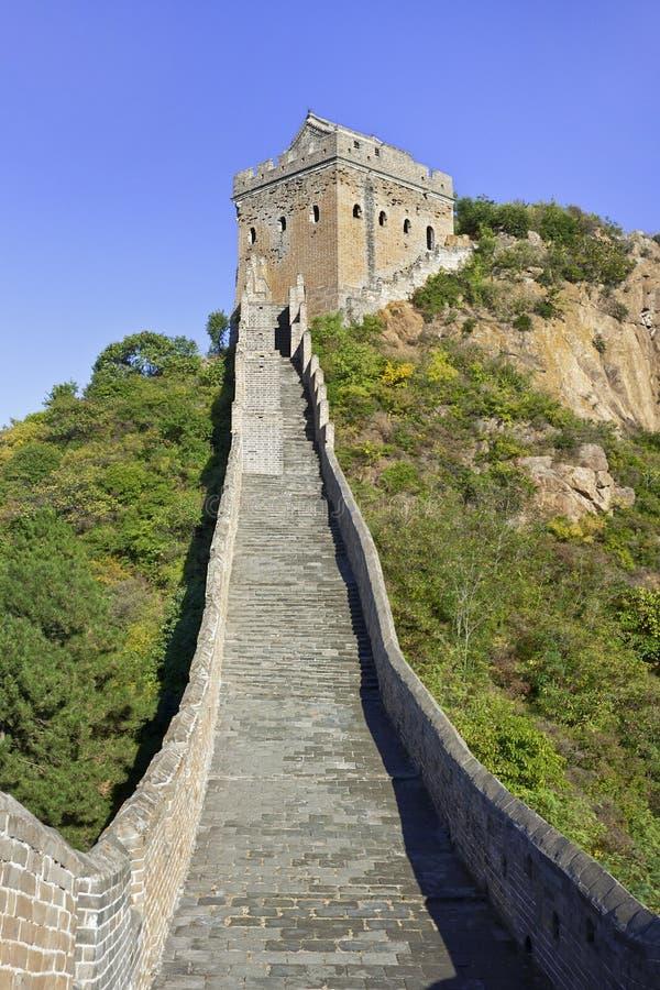由长城决定的鹅卵石道路,北京,中国 图库摄影