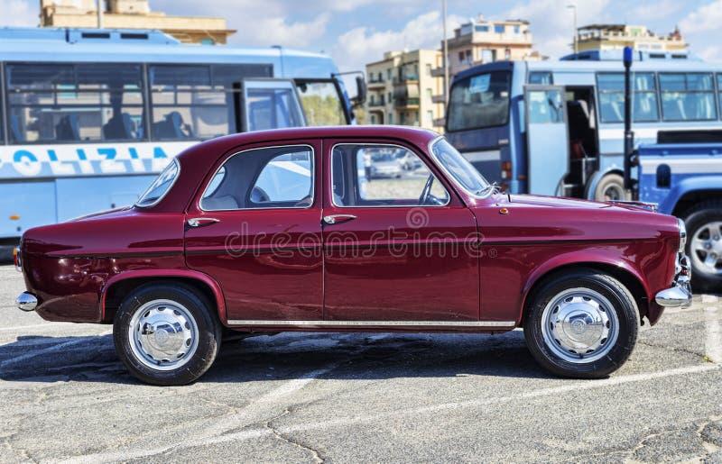 由阿尔法・罗密欧公司描出美丽的葡萄酒汽车模型Giulietta 1300钛的看法 免版税库存图片