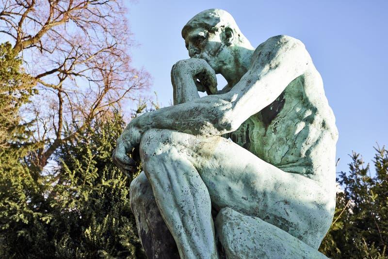 由雕刻家罗丹的思想家雕象 库存照片