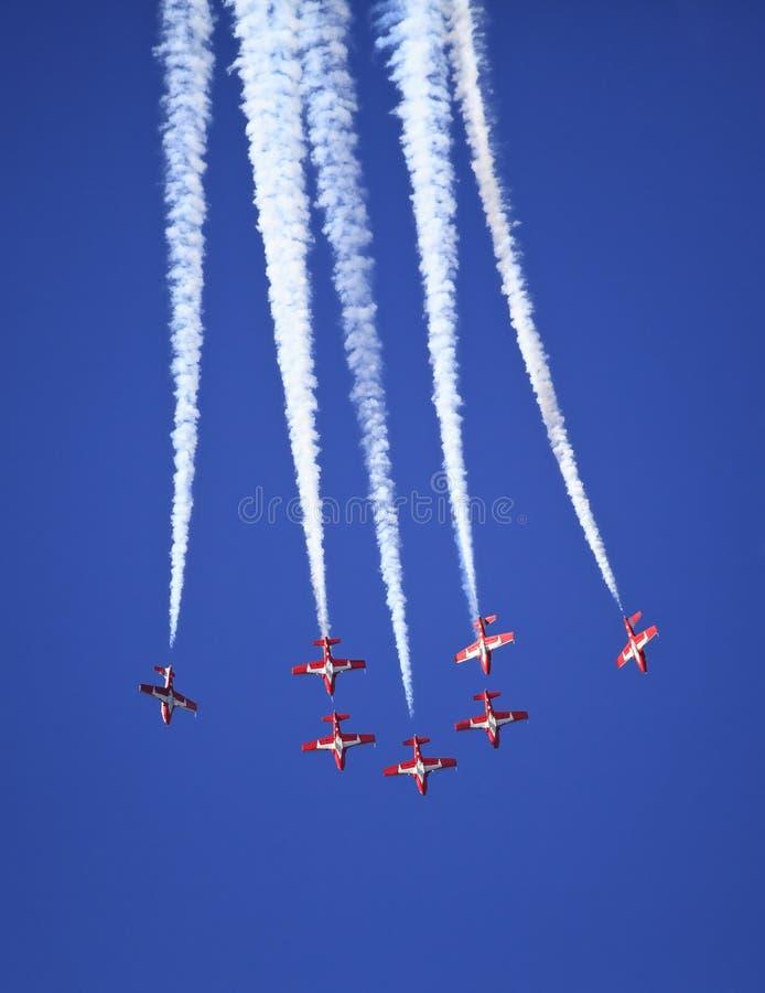 Download 由雪鸟的显示合作在飞行表演事件 库存照片. 图片 包括有 引擎, 喷气机, 行动, 航空, 部分, 显示 - 62526600
