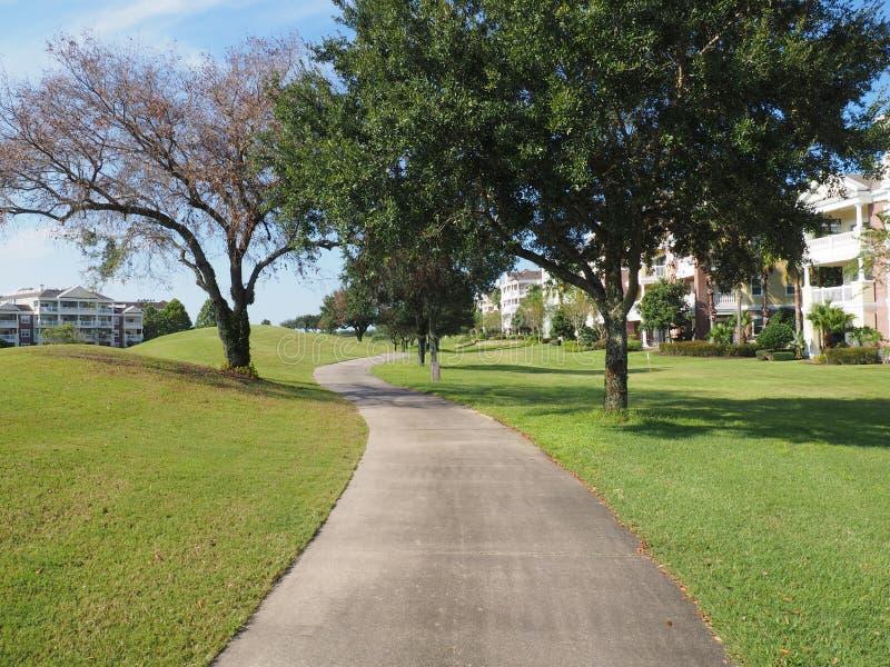 由高尔夫球场的碎石道路 免版税图库摄影