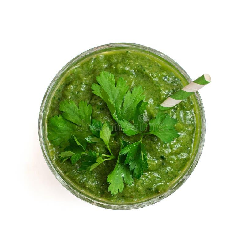 由鲕梨、猕猴桃、菠菜和荷兰芹叶子做的健康绿色圆滑的人被隔绝在白色背景 顶视图 免版税库存照片