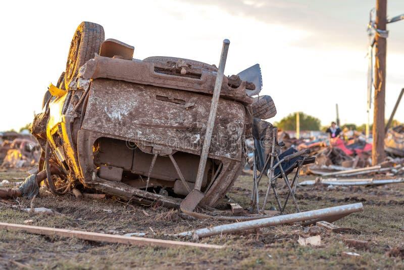 由龙卷风的被弄翻的车 库存照片