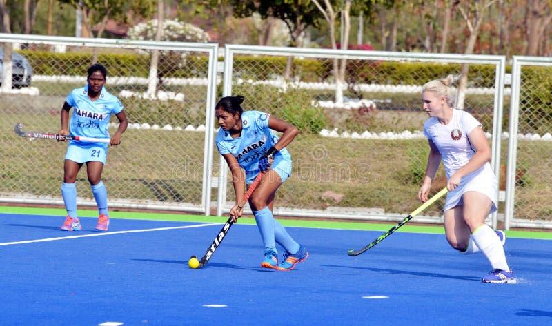 由2-1合作印度被击败的白俄罗斯在women's曲棍球 免版税库存照片