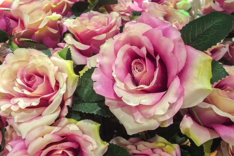由织品做的葡萄酒桃红色紫色罗斯样式使用当背景纹理 免版税图库摄影