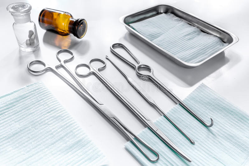 由整容手术的回复:在白色桌backgrond的医疗仪器 免版税库存照片