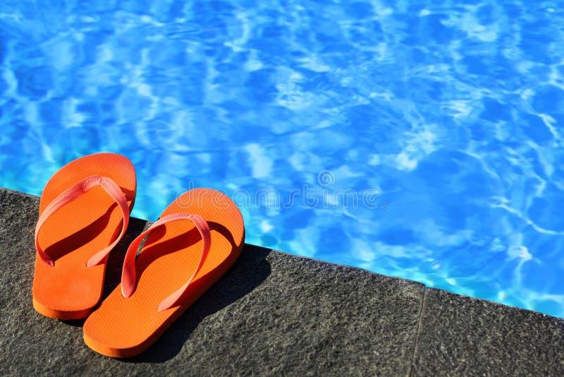 由水池的凉鞋 库存图片