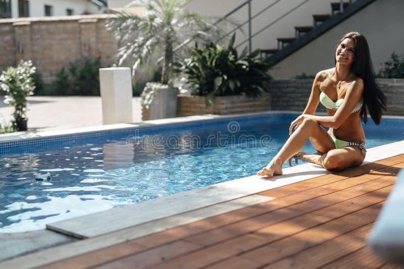 由水池的美丽的妇女享受夏天的 库存图片