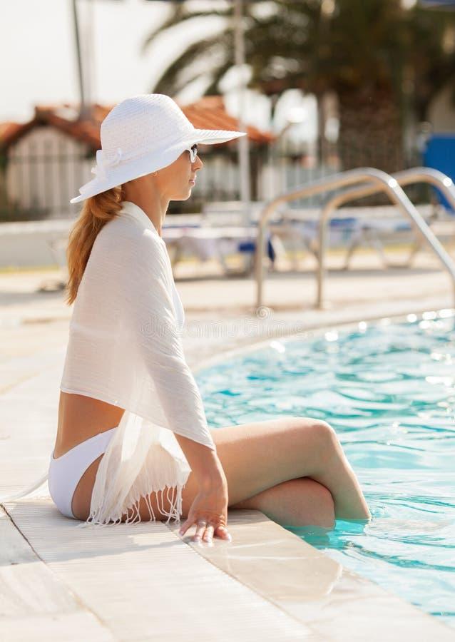 由水池的美丽的妇女 免版税图库摄影