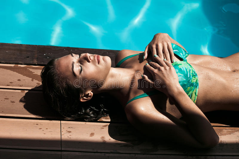 由水池的Sunbath 图库摄影