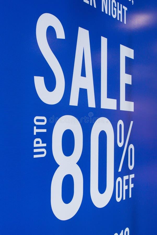由80%s廉价商店折扣标志陈列室决定的销售海报 免版税库存照片
