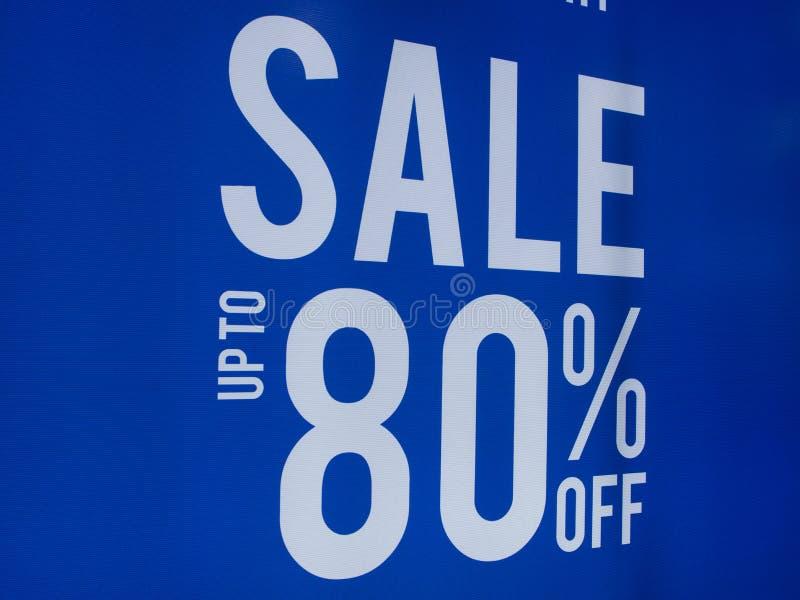 由80%s廉价商店折扣标志陈列室决定的销售海报 免版税库存图片