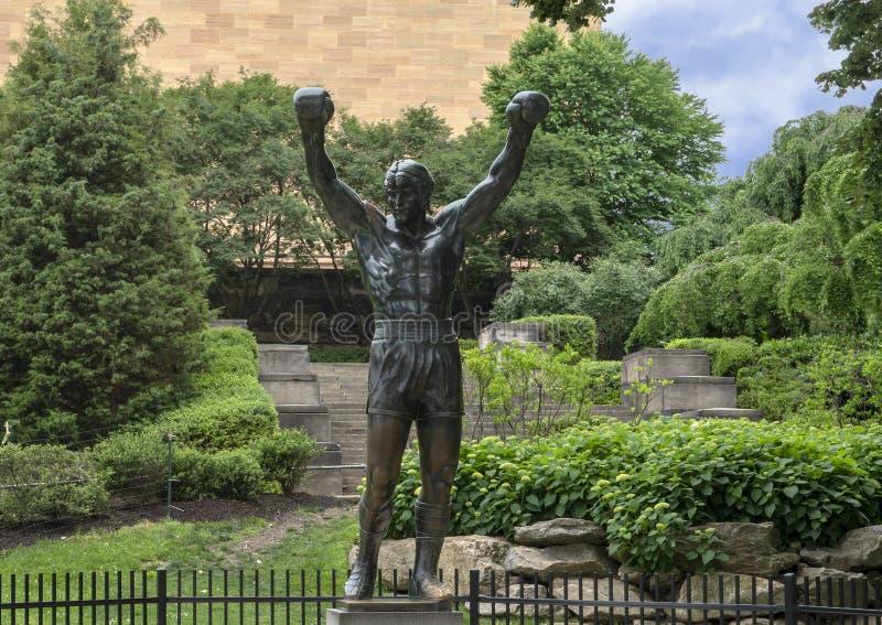 由A的`岩石`雕象 在入口费城艺术馆的托马斯Schomberg附近,本杰明・富兰克林公园大道 免版税图库摄影