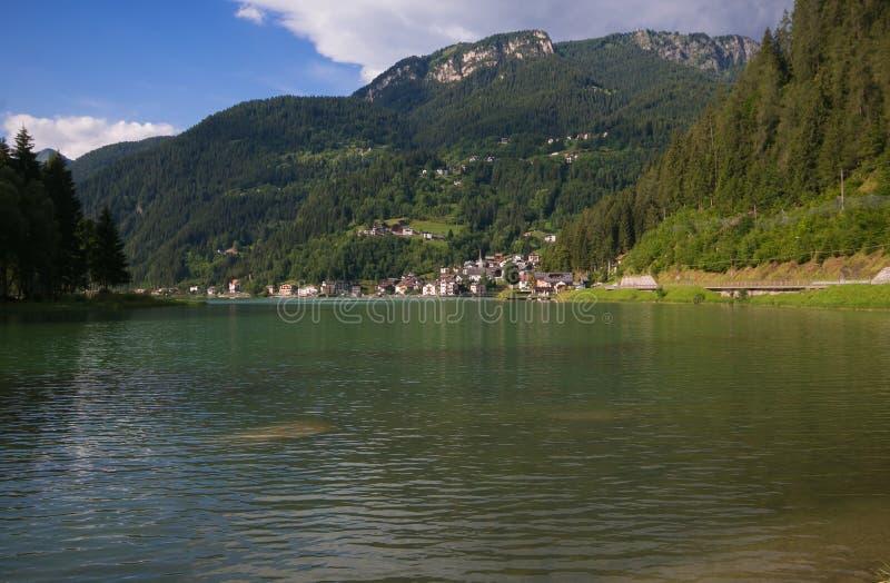由Alleghe湖白云岩的,意大利的美妙的小镇 库存图片