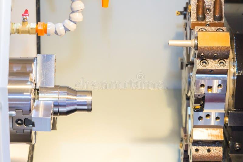 由CNC车床的钢金属切削机器过程在车间 库存照片
