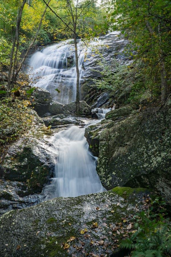 由Crabtree秋天足迹的许多壮观的落下的瀑布之一 免版税库存图片