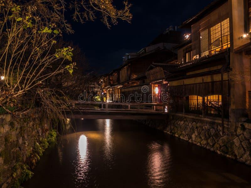 由Gion运河的减速火箭的日本风格建筑学 库存图片