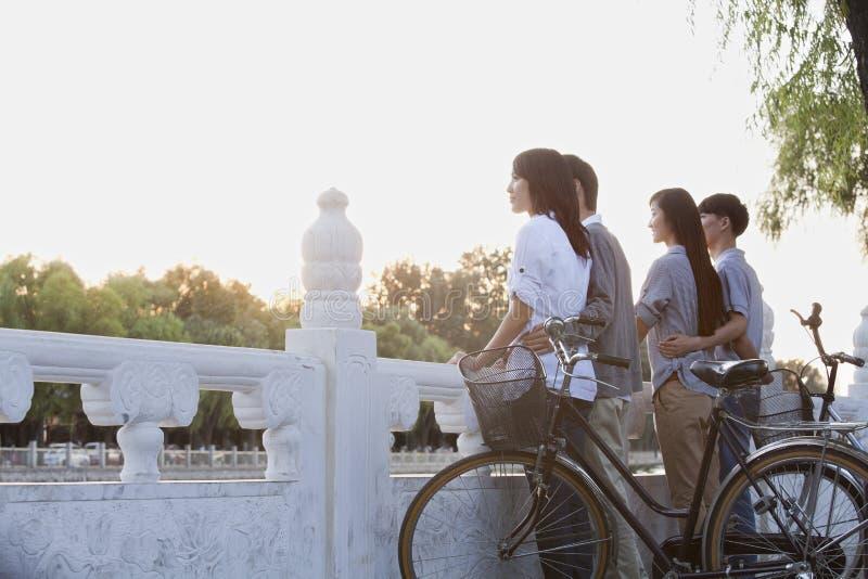 由HouHai湖的两对夫妇有自行车的在北京 库存照片