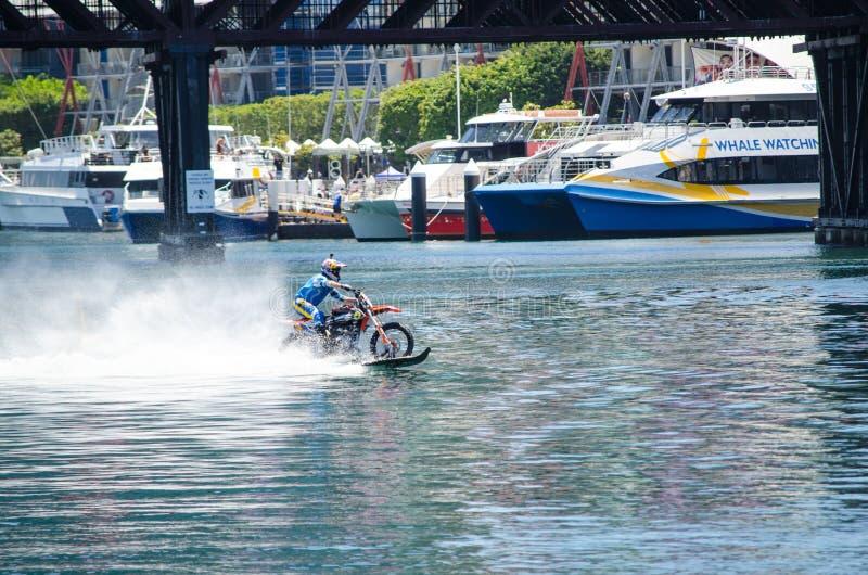 由Robbie Maddison澳大利亚特技车手的WaterBike乘驾,图象在行动的水显示如何骑他的土自行车 免版税库存照片