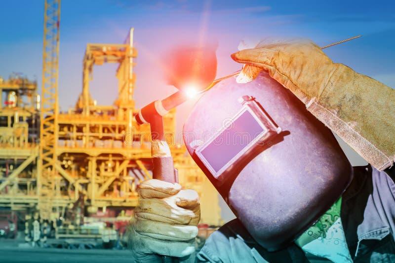 由TIG过程工业企业概念的工作者焊接 免版税库存图片