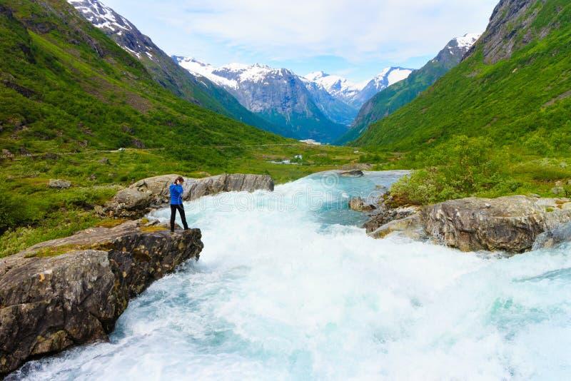 由Videfossen瀑布的旅游妇女在挪威 免版税图库摄影