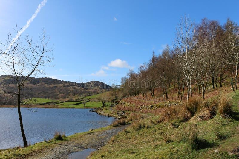 由Watendlath塔恩省湖区, Cumbria的小径 库存照片