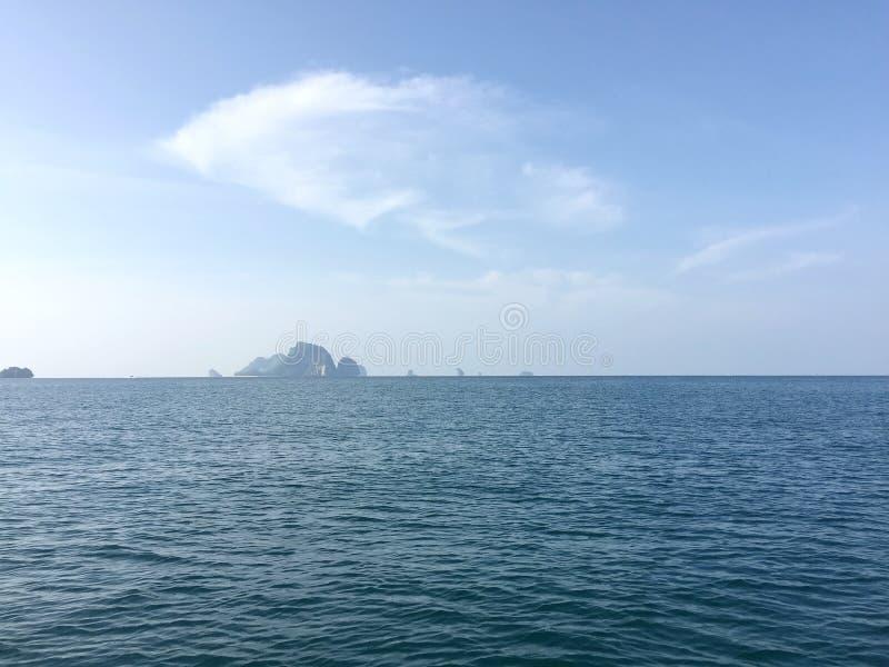 甲米府海看见遥远的海岛 免版税库存照片