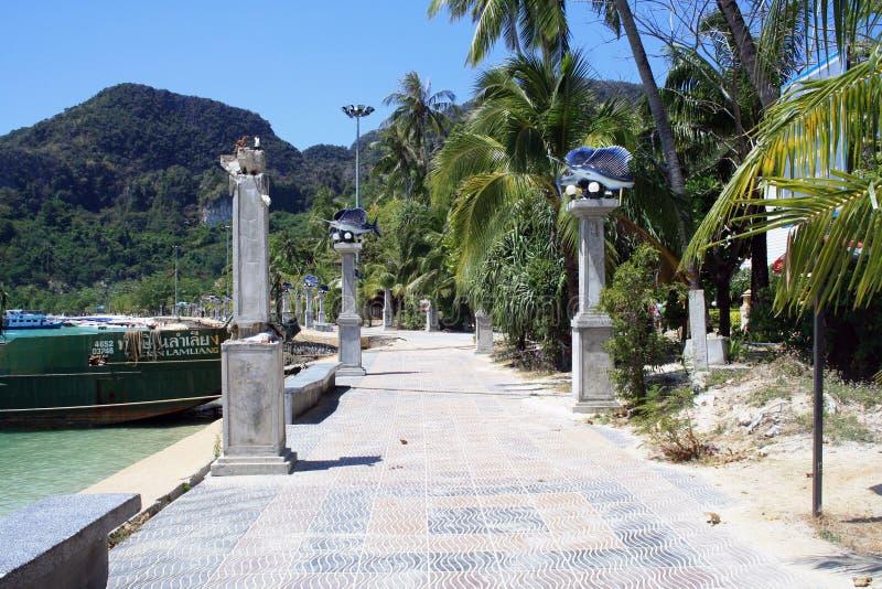 2019?2?16? 甲米府,披披岛,泰国 在江边的步行路 免版税库存照片