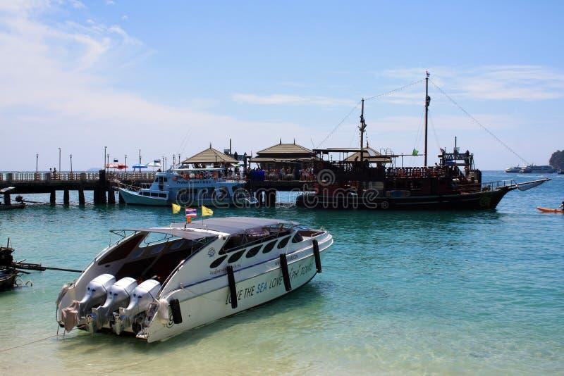 2019?2?16? 甲米府,披披岛,泰国 海在岸的视图小船 库存照片