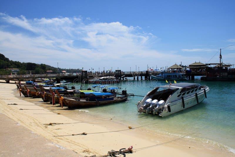 2019?2?16? 甲米府,披披岛,泰国 海视图,黄沙海滩,在岸的小船 库存照片