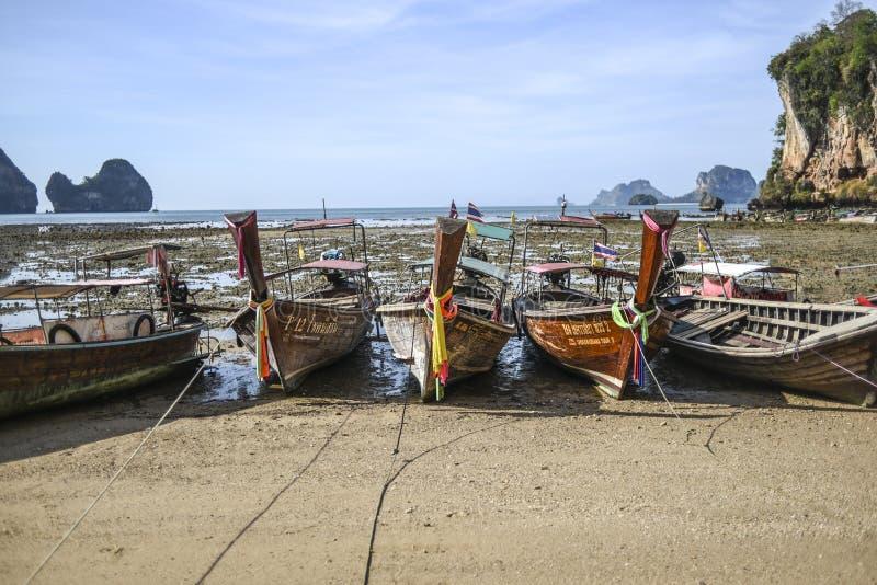 甲米府,泰国,13日行军2016年:在海滩的小船在低潮期间在甲米府半岛的泰国 免版税图库摄影
