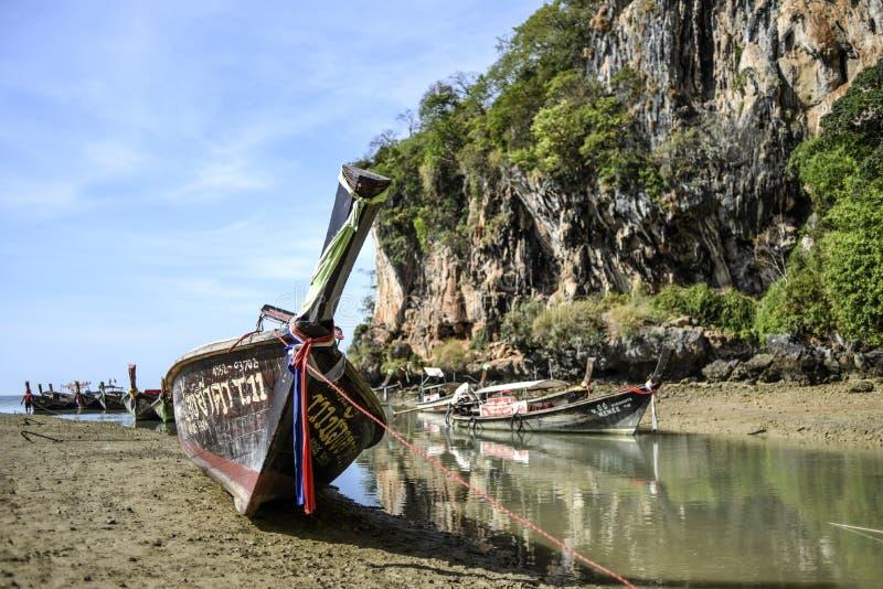 甲米府,泰国,13日行军2016年:在海滩的小船在低潮期间在甲米府半岛的泰国 免版税库存图片